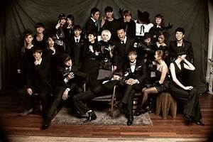 JYP Artists Take a Group Photo with the Boss | Soompi