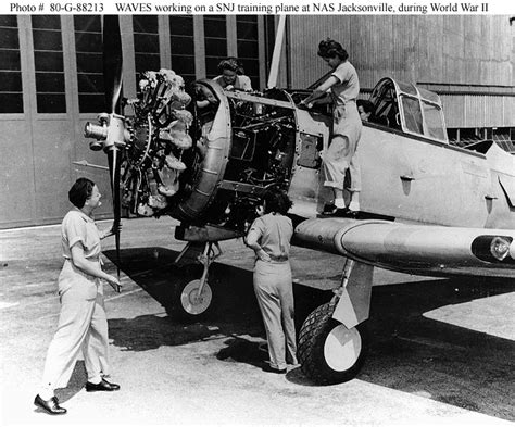 women    navy wwii era waves aviation