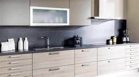 cuisine bois clair davaus cuisine en chene clair moderne avec des