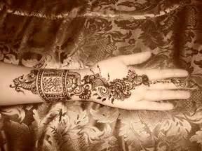 Pakistan Cricket Player: Arabic Henna Design