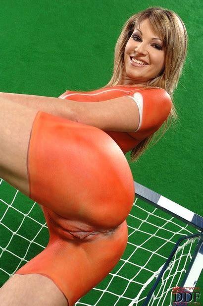 Naked Caroline Cage in orange! | The Eyes of DDF