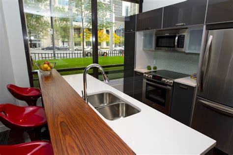 cuisine ouverte sur salle a manger et salon vue plongeante sur le square cyberpresse