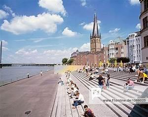 Außentreppe Baugenehmigung Nrw : d sseldorf lambertus kirche menschen sitzen auf eine ~ Lizthompson.info Haus und Dekorationen