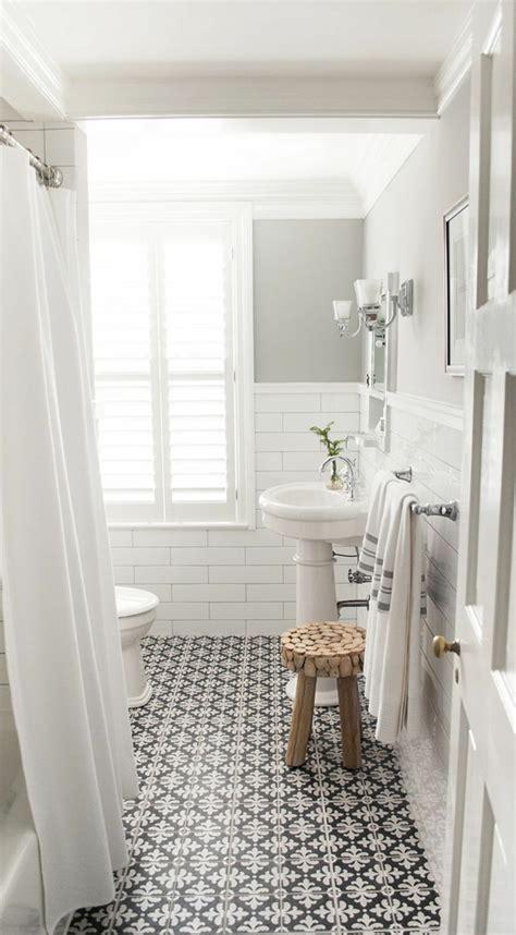 chaise salle de bain vous cherchez des idées pour un carrelage noir et blanc