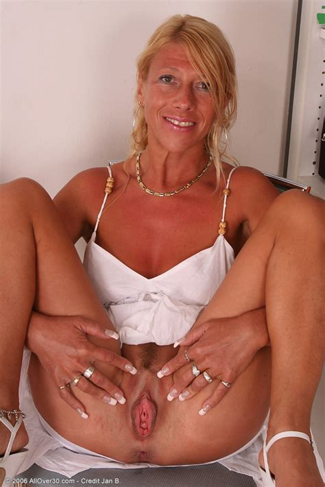 Juicy Plump Mature Smooth Pussy On This Older Blonde With