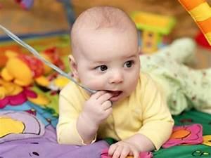 Spielzeug Für Baby 8 Monate : babys beim spielen 0 bis 8 monate spiele f r baby ~ Watch28wear.com Haus und Dekorationen