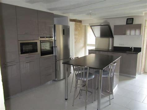 cuisine laqu馥 taupe plan de travail en granit noir maison design bahbe com