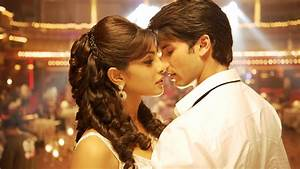 Actor Shahid Kapoor and Actress Priyanka Chopra Kissing ...