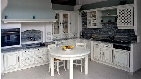 table cuisine blanche table ronde cuisine gaio photo 13 15 une table ronde blanche dans une cuisine rustique