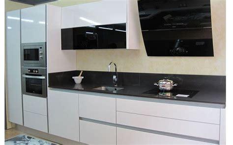 cocina blanca brillo sin tirador campana negra columna