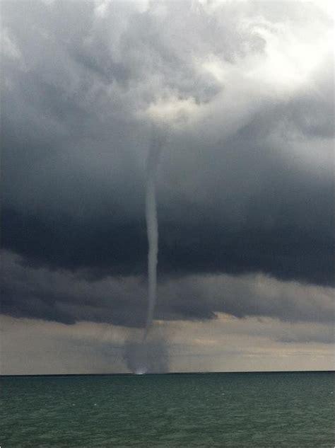 waterspouts form  lake michigan upicom