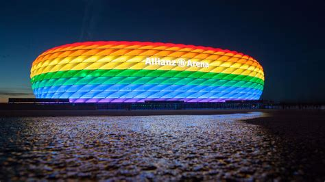 FC Bayern support the 'Queerpass Bayern' fan club on CSD ...