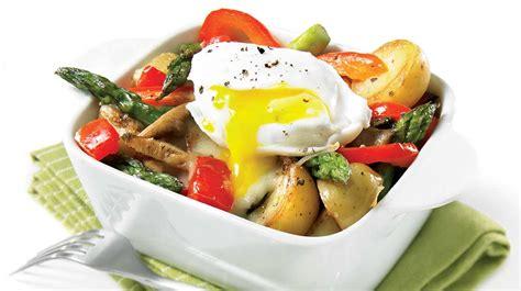 cuisiner asperges cassolettes de légumes et œufs pochés recettes iga pommes de terre chignon asperges