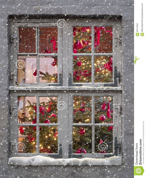 Dekorierte Fenster Weihnachten by Window Snowfall And Tree Stock Image Image