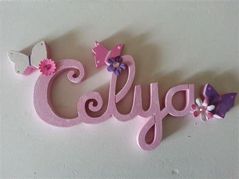 peinture pour chambre de fille lettres attachées bois naturel papillon prénoms en bois