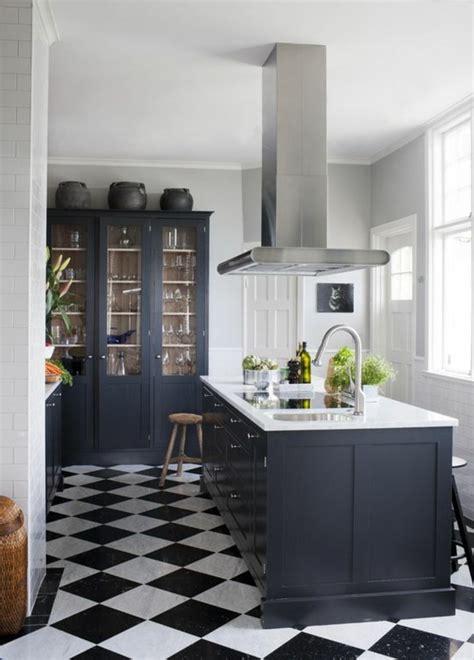 carrelage noir cuisine le carrelage damier noir et blanc en 78 photos archzine fr