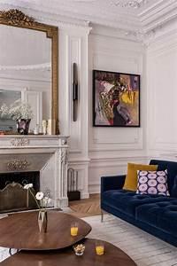 appartement haussmannien canape en velours bleu cheminee With tapis rouge avec canapé style ancien