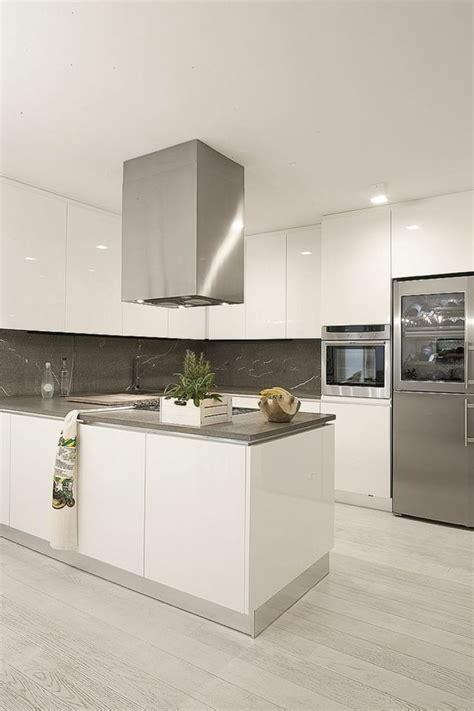 muebles lacados brillantes en la cocina arquitectura