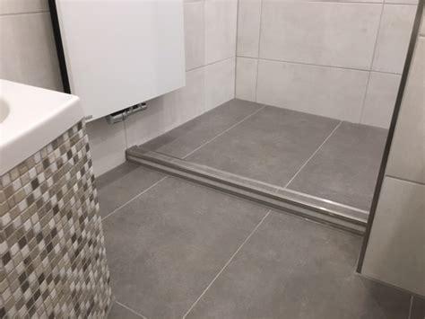 Betonoptik Fliesen Bad by Badezimmer Mit Mosaikfliesen Und Fliesen In Betonoptik