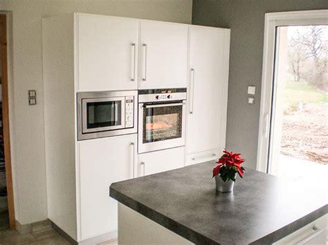 crédence en stratifié pour cuisine cuisine en laque blanc brillant plan de travail et credence en stratifie meuble colone pour