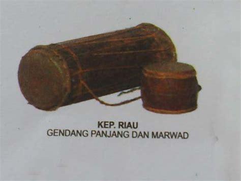 Permainan menggunakan alat musik kompang ini biasanya dilakukan pada acara perarakan, kenduri dan upacara tradisi lainnya yang ada di riau. Alat | Musik | Tradisional | Nusantara: Riau