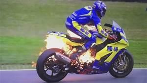 Image De Moto : une moto prend feu pendant une course ~ Medecine-chirurgie-esthetiques.com Avis de Voitures