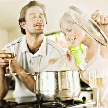 couples amour cuisine les français préfèrent faire la cuisine que faire l