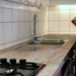 peindre plan de travail cuisine appliquer une résine sur un plan de travail de cuisine