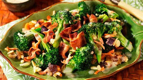 comment cuisiner le brocoli salade de brocoli et de bacon recettes iga carrote fromage oignon