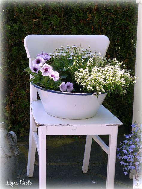 alter stuhl mit blumen alte stuehle stuehle und blumen