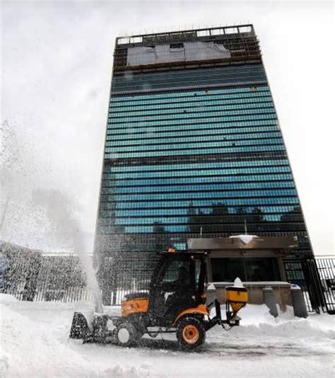 siege de l onu photo un chasse neige au pied du siège de l 39 onu