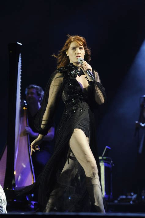 Dress Stelan Live florence welch rocks the crowd as she performs live in