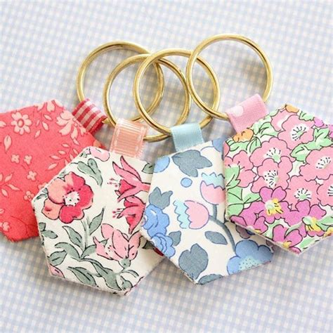 scrap fabric ideas hexie keyrings theyre   quick