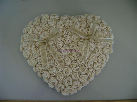 cuscino portafedi uncinetto tutorial per realizzare un cuscino portafedi con roselline