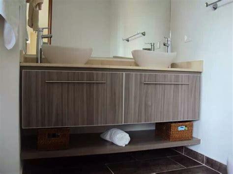 mueble de bano doble color humo meson en marmol crema