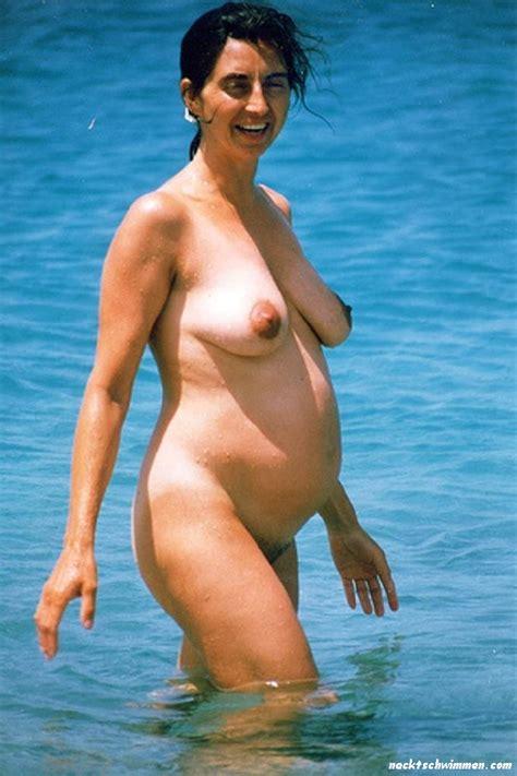 schwangere mutter am fkk strand