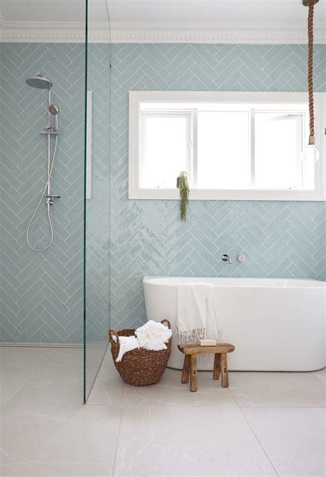 Badezimmer Fliesen Hellblau by Badezuimmer Offene Dusche Wand In Herringbone