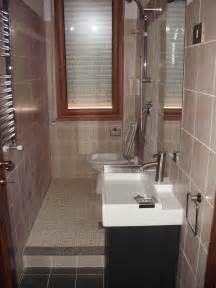 Bagno con doccia in muratura divani colorati moderni per