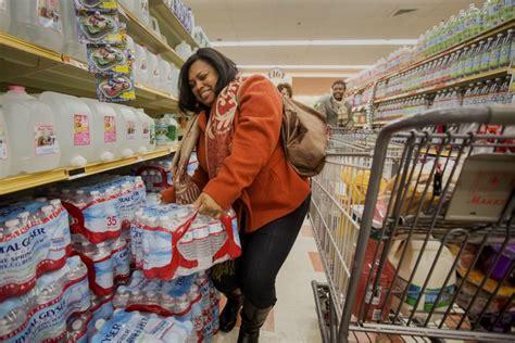 scaffalista supermercato tempesta su new york corsa ai supermercati per le scorte