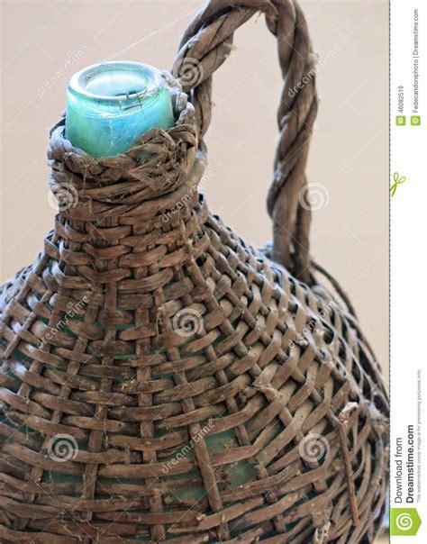 antiquit 233 de bouteille en verre habill 233 e d osier pour tenir le vin et le p 233 trole photo stock
