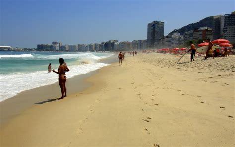 cuisine bresilienne brésilienne en string sur la plage de copacabana