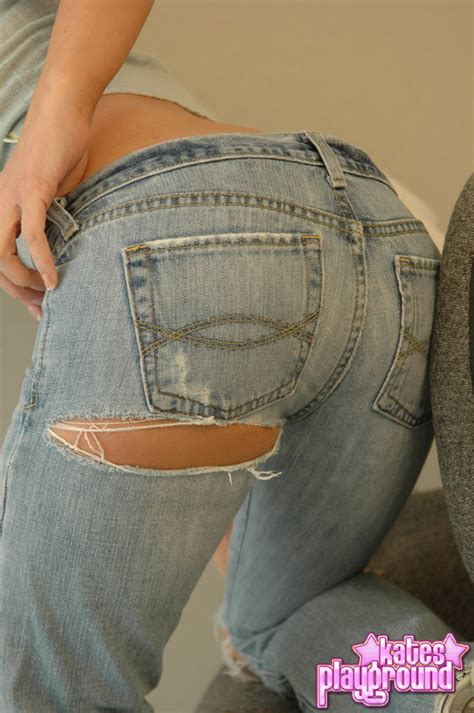 kate shows off her round ass in tight jeans pichunter