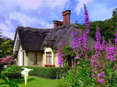cottage irlandesi thatched roof cottage in killarney ireland cottage