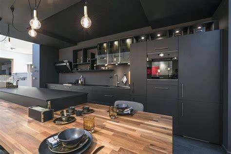 cuisine noire mat plan de travail bois idees deco maison