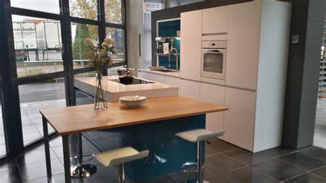 cuisine en bleu cuisine blanche et bois avec ilot wraste com