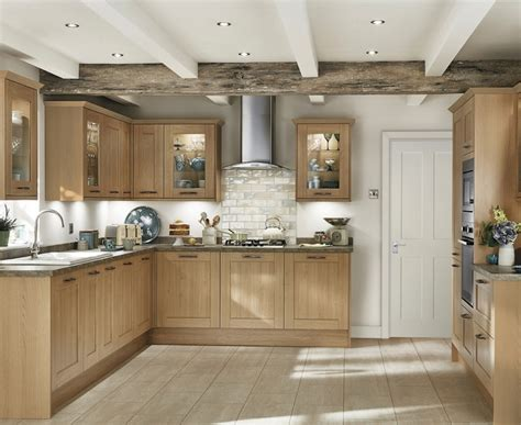 howdens cuisine fairford light oak kitchen shaker kitchens howdens joinery