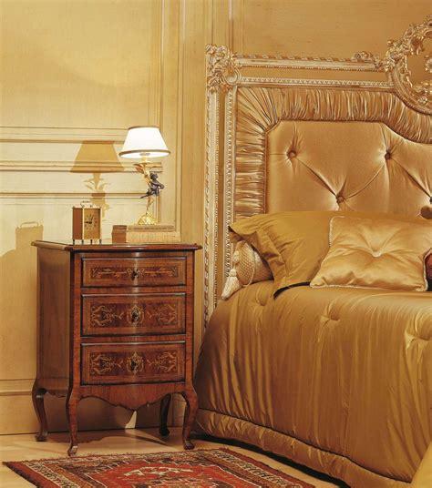 chambre capitonné chambre à coucher classique louvre table de nuit en noyer