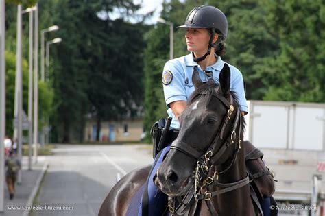 le bureau la garde les gendarmes 224 cheval en mission de maintien de l ordre strategic bureau of information