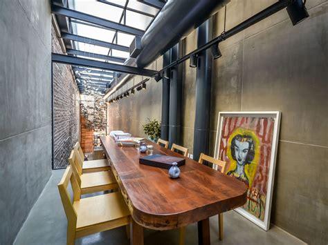 narrow alley transformed  cozy restaurant el