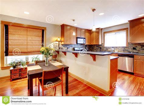 cucina con sala da pranzo sala da pranzo e cucina con i colori dorati fotografia